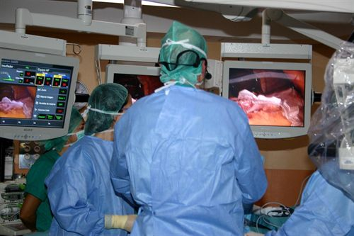 Cirujanos en una operación de cirugía bariátrica (reducción de estómago)