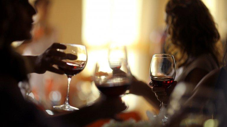 Al cabo de dos años se confirmó que los que bebieron vino –tanto tinto como blanco– se beneficiaron con mejoras en el control del azúcar en sangre