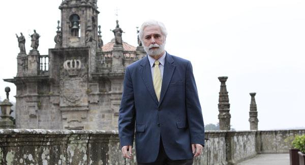 Francisco Gómez-Ulla de Irazazábal, catedrático de Oftalmología de la USC, al lado del Pazo de Raxoi  FOTO: Ramón Escuredo
