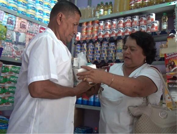 MANOS UNIDAS HACIENDO entrega de DONACIN